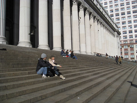 A escadaria e os turistas descansando.